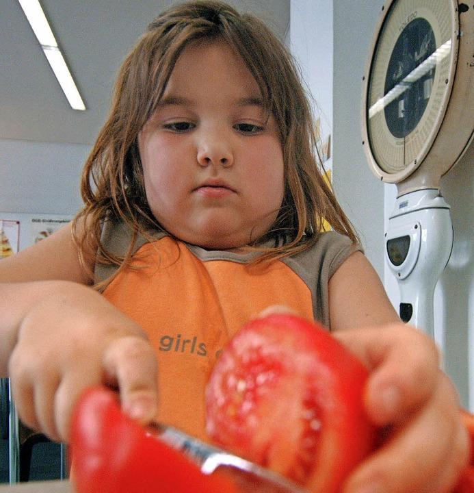 Das übergewichtige Mädchen lernt in einem Kurs, wie gesundes Essen aussieht.   | Foto: DPA