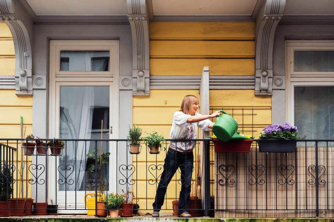 Eine Nachbarin gießt Blumen: Das und v...rnetplattform für Nachbarschaftshilfe.  | Foto: Nebenan.de