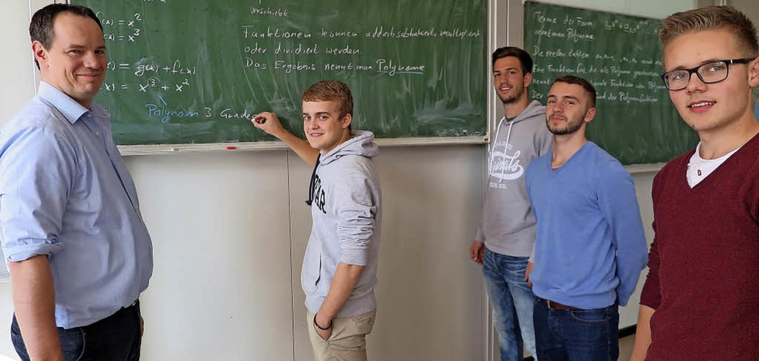 Fleißarbeit am Freitagnachmittag: Math... die die Fachhochschulreife anstreben.  | Foto: Beatrice Ehrlich