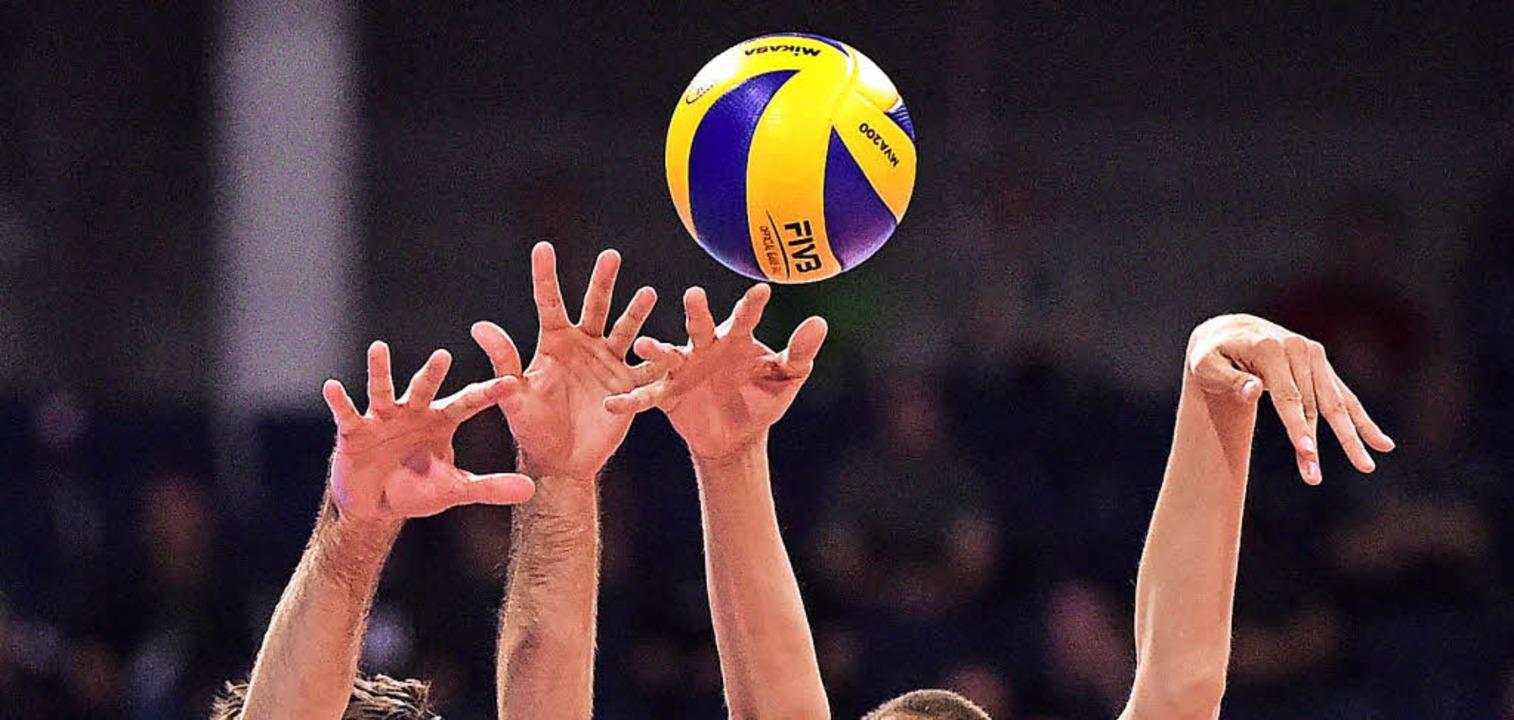 Ein guter Block kann im Volleyball spi...am Wochenende  der Ligenspielbetrieb.   | Foto: DPA