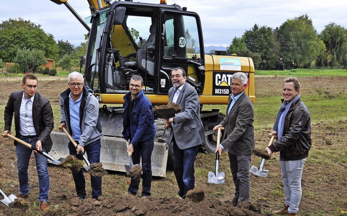 Beim Spatenstich für das neue Wohnbaug...leiter Willi Busch (von rechts) dabei.  | Foto: Kai Kricheldorff