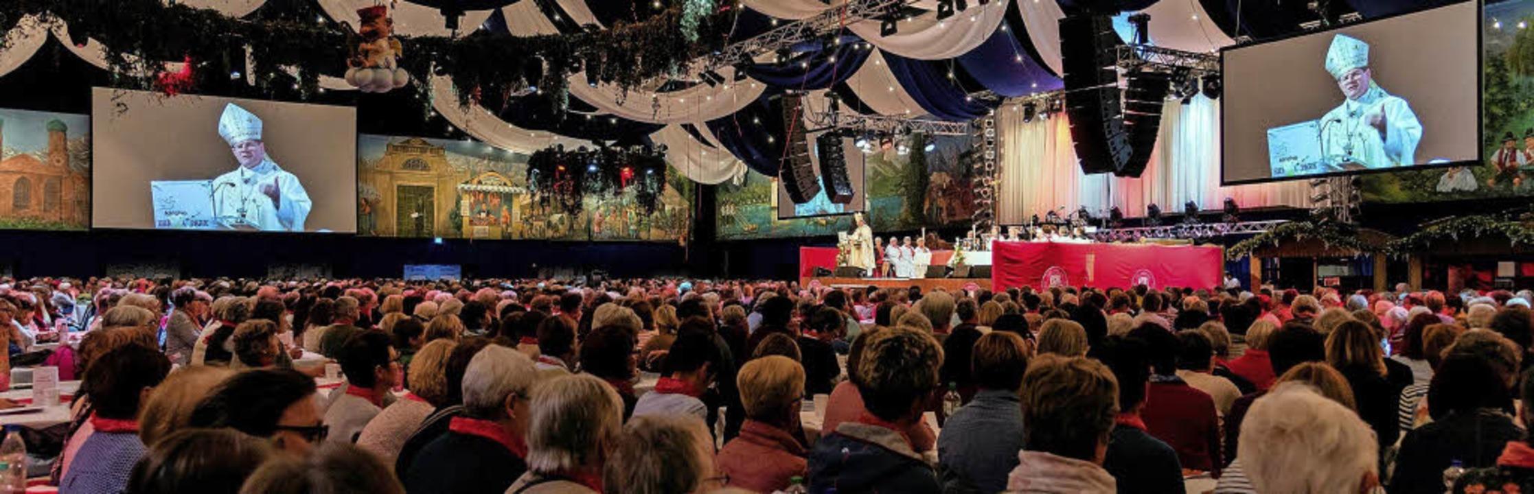 Erzbischof Stephan Burger hält in der ...pa-Park Arena einen Festgottesdienst.   | Foto: Europa-Park