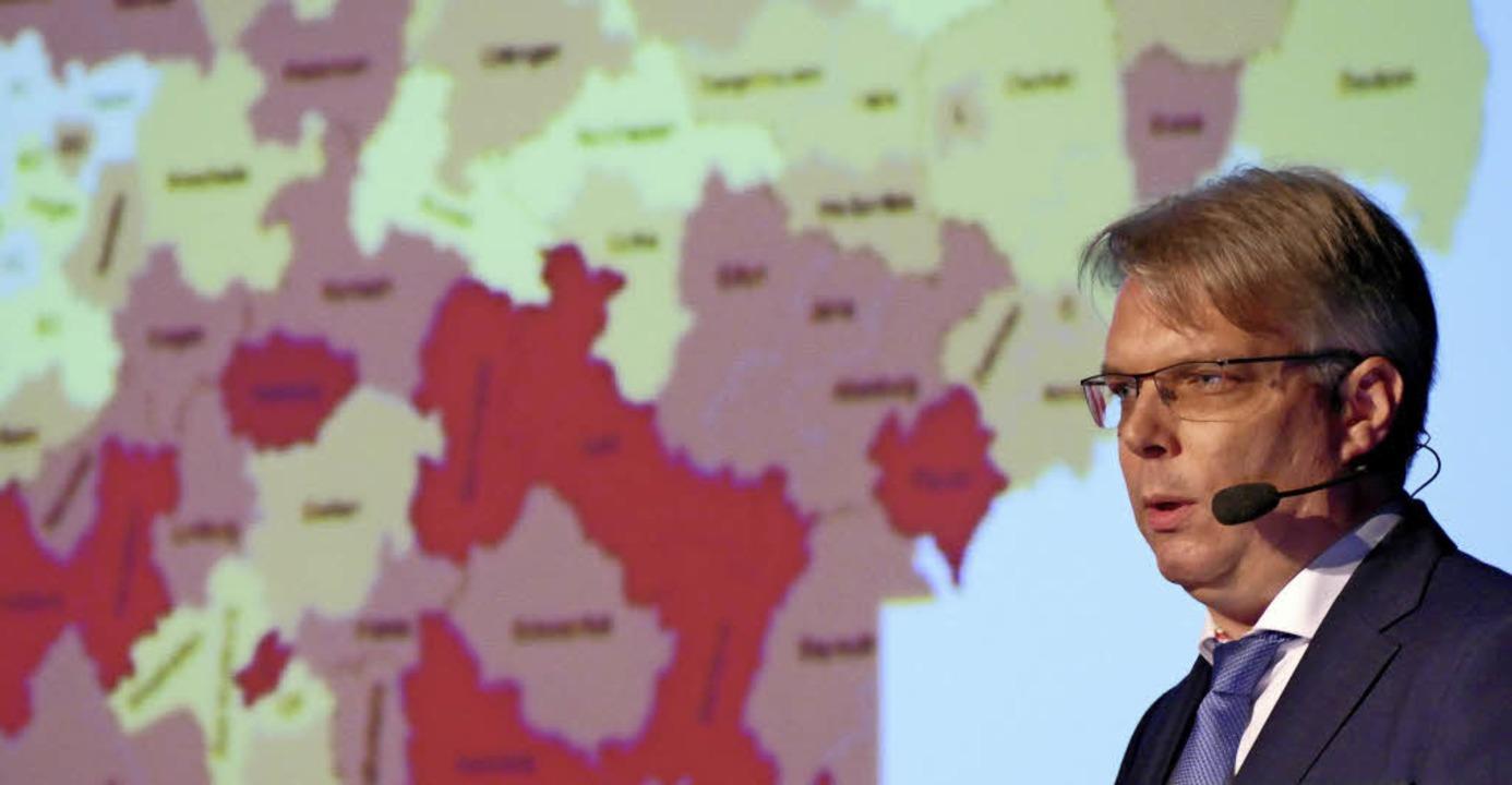 Referent Dirk Werner vor einer Übersicht des bundesweiten Fachkräftemangels.   | Foto: Ralf H. Dorweiler