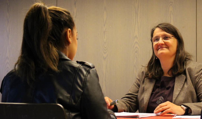 Eine Schülerin versucht sich im simulierten Bewerbungsgespräch  | Foto: Jenny Medow