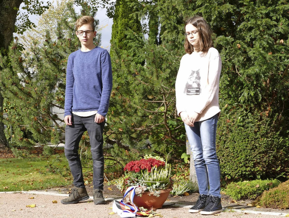 Die beiden Schüler Morgan Coubetergue ...uf dem Friedhof der Löwenstadt nieder.  | Foto: Stefan Limberger-Andris