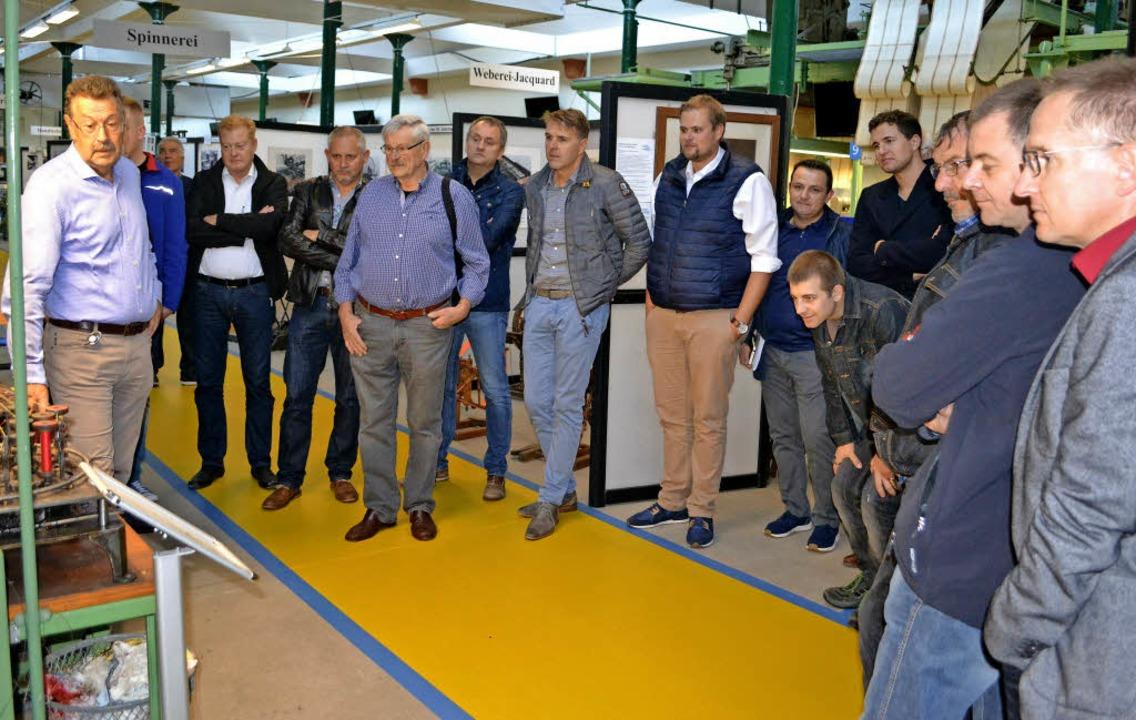 Vor der Versammlung besichtigen die Teilnehmer das Wiesentäler  Textilmuseum.   | Foto: Berger
