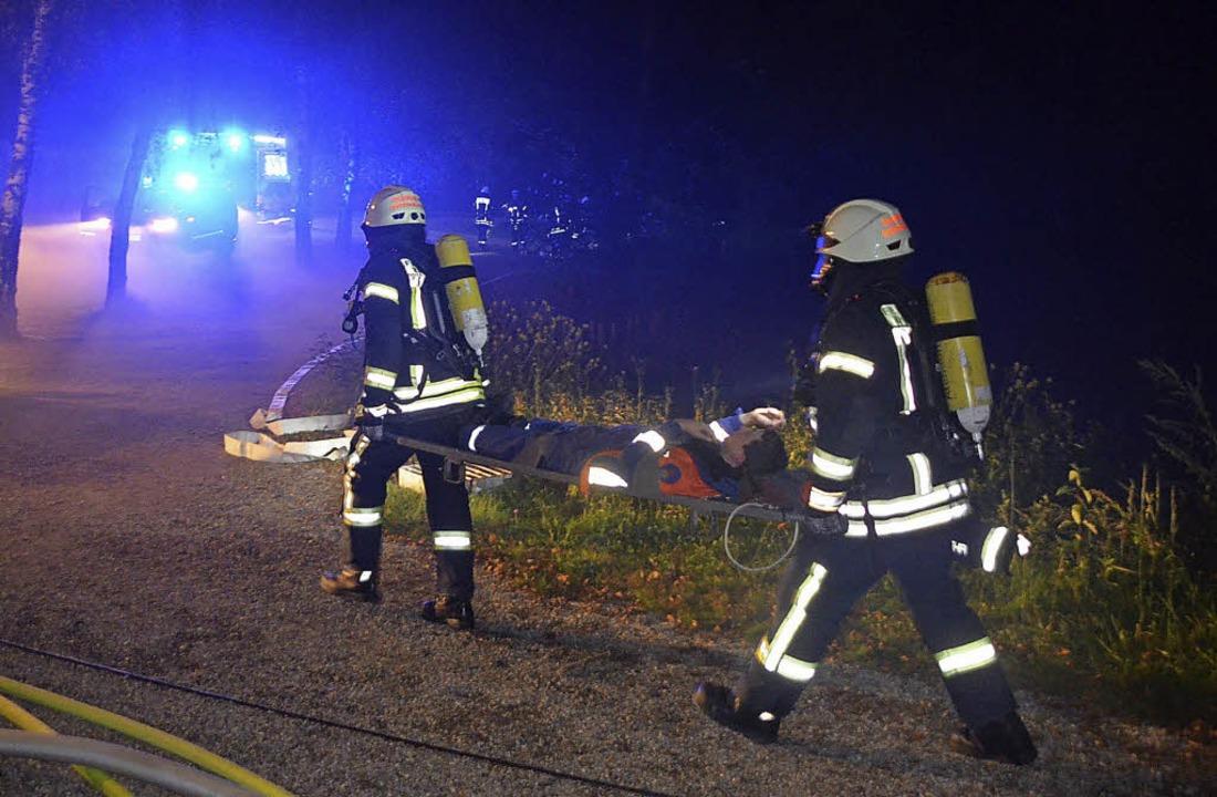 Eine der Aufgaben für die Feuerwehrleu...und aus dem  Gefahrenbereich bringen.   | Foto: Jörg Schimanski