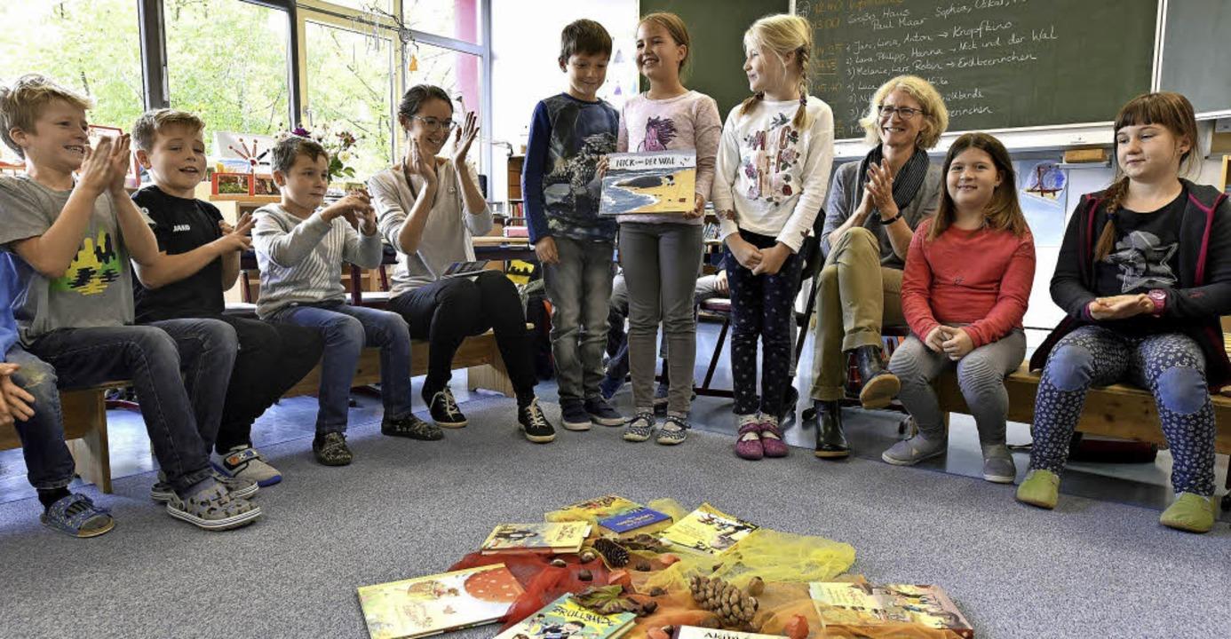 Philipp, Hanna und Lara (stehend von l...ation, unterstützt von  Renate Riedel.  | Foto: T. Kunz