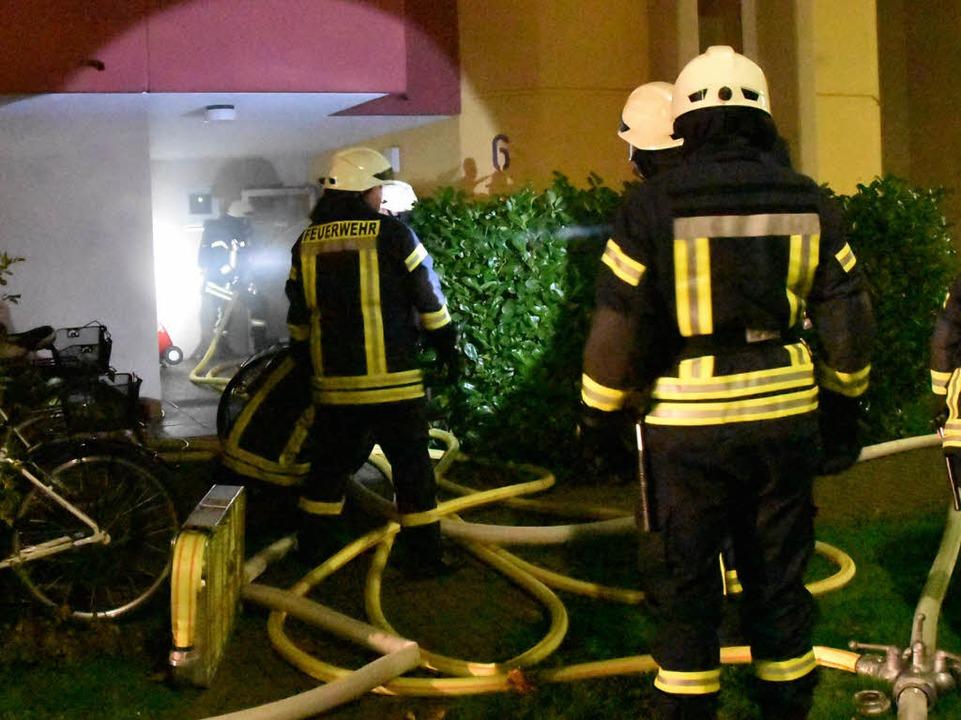 Mit Atemschutzmasken betreten die Feuerwehrleute das Gebäude.  | Foto: Max Schuler