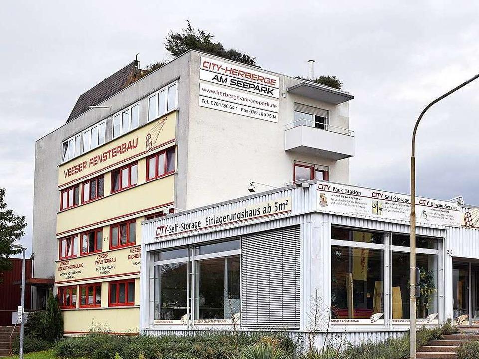 In den Obergeschossen des Firmen-Haupt... werden weiter Studenten-WGs geduldet.  | Foto: Thomas Kunz