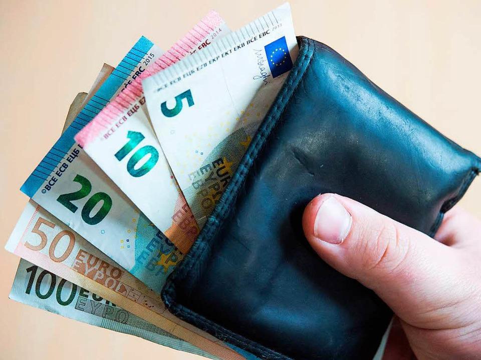 Nach dem Besuch bei der Bank, versucht...iner Frau Geld zu klauen. (Symbolbild)  | Foto: dpa