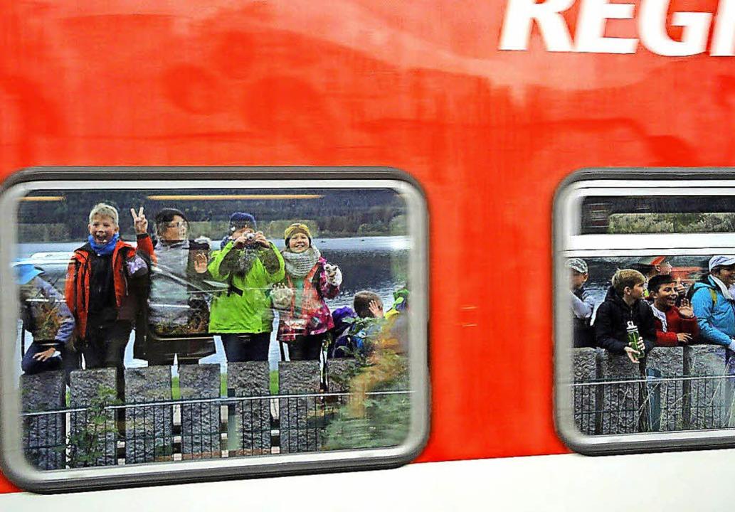 Auf Klassenfahrt: Die Viertklässler un...see spiegeln sich in zwei Zugfenstern.  | Foto: Privat