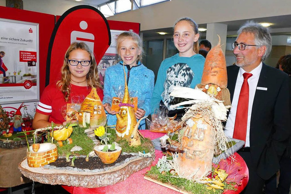 Dieter Köpfler (rechts) gratulierte den drei Erstplatzierten des  Runkele-Schnitz-Wettbewerbs (von links): Katharina Martin (3.),  Felicitas Meier (2.) und Melina Metzler (1.). (Foto: Stefan Limberger-Andris)