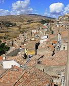 Im Dorf Gangi kostet ein Ferienhaus einen Euro