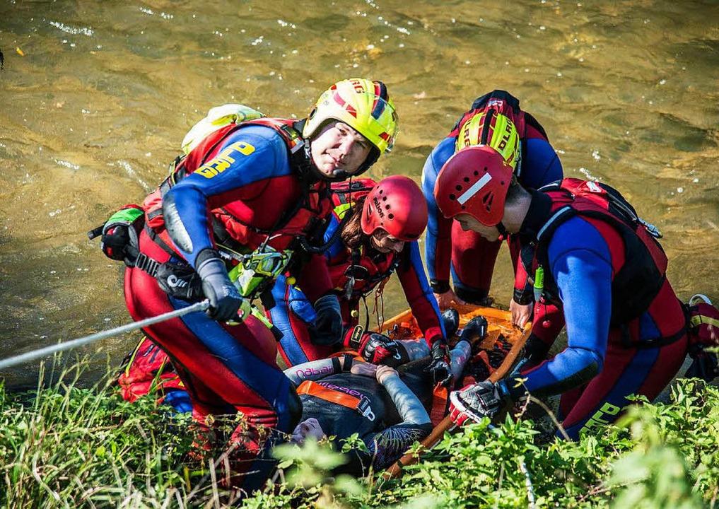 Schwieriges Gelände: Ein Verletzter wi...t einer Trage aus einem Bach geborgen.  | Foto: dpa