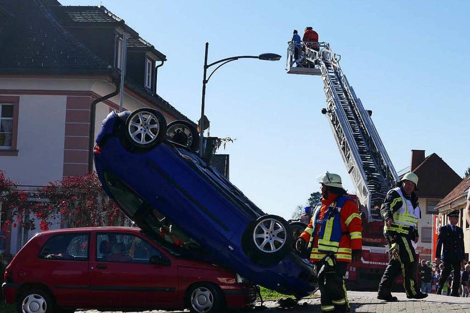 Rund 170 Einsatzkräfte probten an der Chilbiprobe der Feuerwehr Bonndorf gemeinsam den Ernstfall. Angenommen wurde ein Brand im Altenheim, parallel dazu mussten eingeklemmte Personen aus zwei Unfallautos befreit werden. (Foto: Juliane Kühnemund)