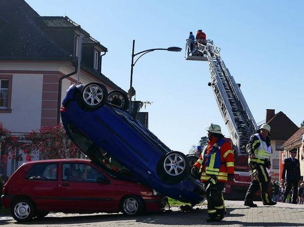 Rund 170 Einsatzkräfte probten an der Chilbiprobe der Feuerwehr Bonndorf gemeinsam den Ernstfall. Angenommen wurde ein Brand im Altenheim, parallel dazu mussten eingeklemmte Personen aus zwei Unfallautos befreit werden.