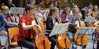 Musikschüler bereiten mit dem Cello ein Klangfest