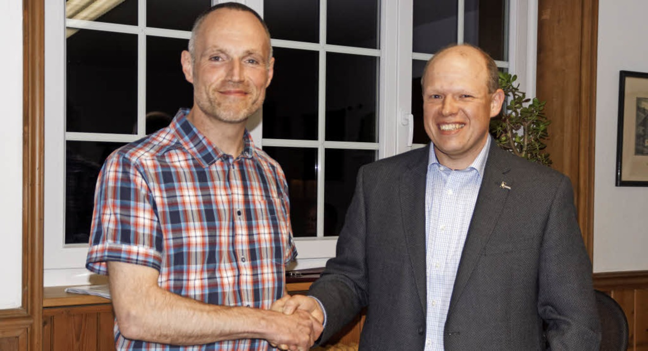 Dirk Pfeffer (links) wurde von Jörg La...ister der Gemeinde Tunau verpflichtet.  | Foto: Wehrle
