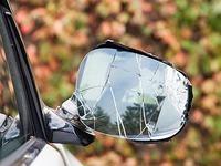 Mann reißt Auto-Außenspiegel ab - Geschädigte gesucht