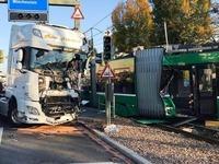 Tram kollidiert mit Lastwagen - 37 Verletzte in Muttenz