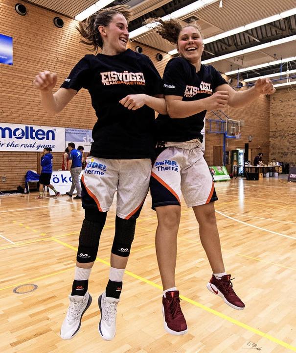 Glücklich und sprungkräftig: die USC-S...Sieg im Pokalspiel gegen Heidelberg.      Foto: Seeger
