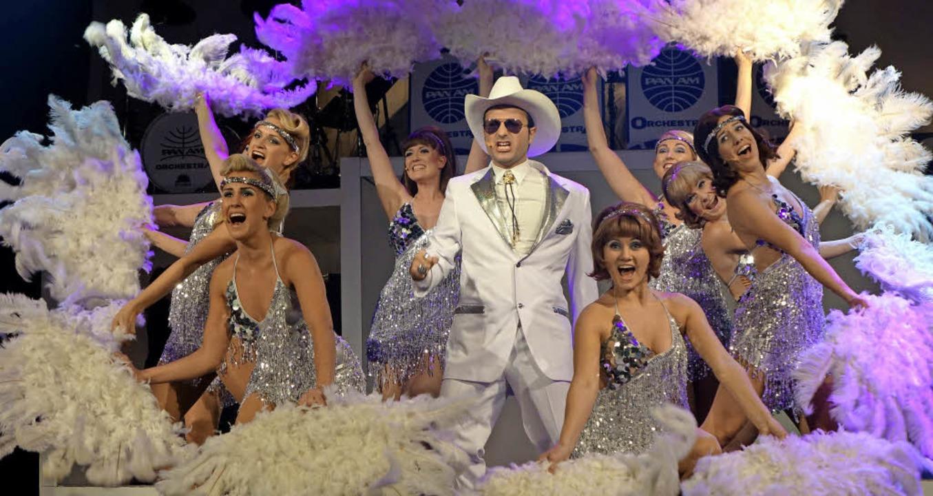 Revue-Flair kommt auf in dieser Szene ...imillionär Angus Foster (Nico Alesi).     Foto: Roswitha Frey