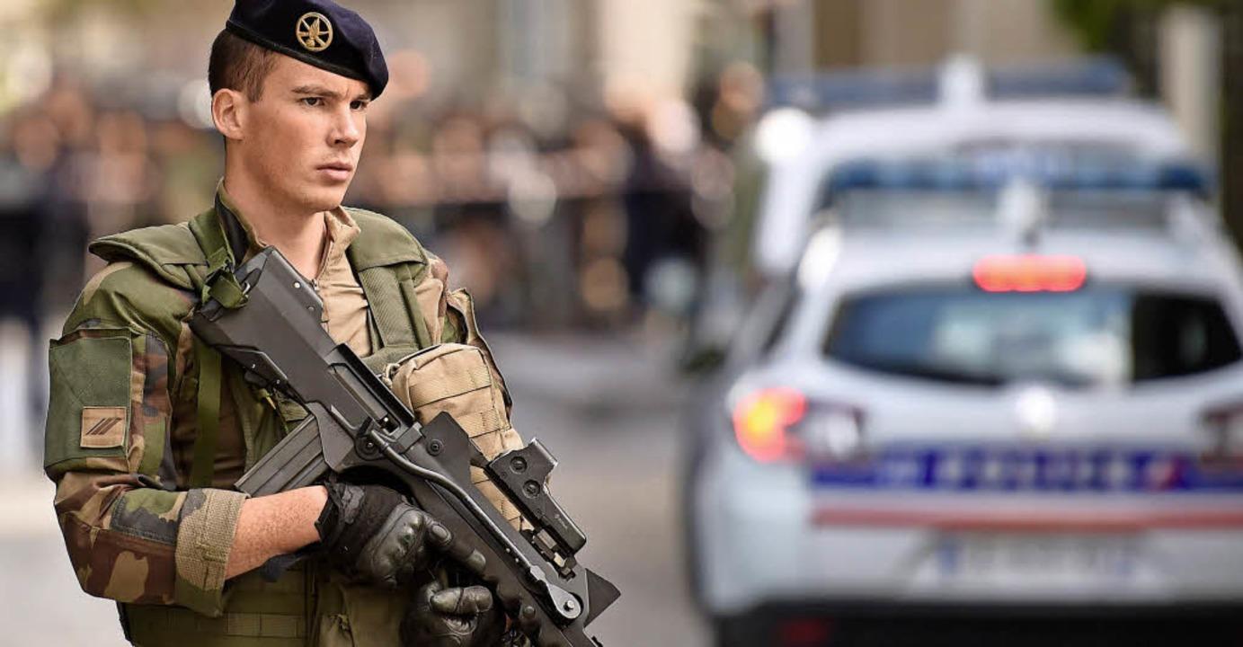 Soldaten patrouillieren noch immer in Frankreichs Straßen.   | Foto: AFP