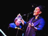 Video: Karaoke-Format Singalong feiert Premiere im Freiburger Jazzhaus
