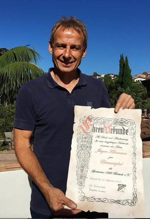 Jürgen Klinsmann mit der Ehrenurkunde des SV Breisach  | Foto: privat