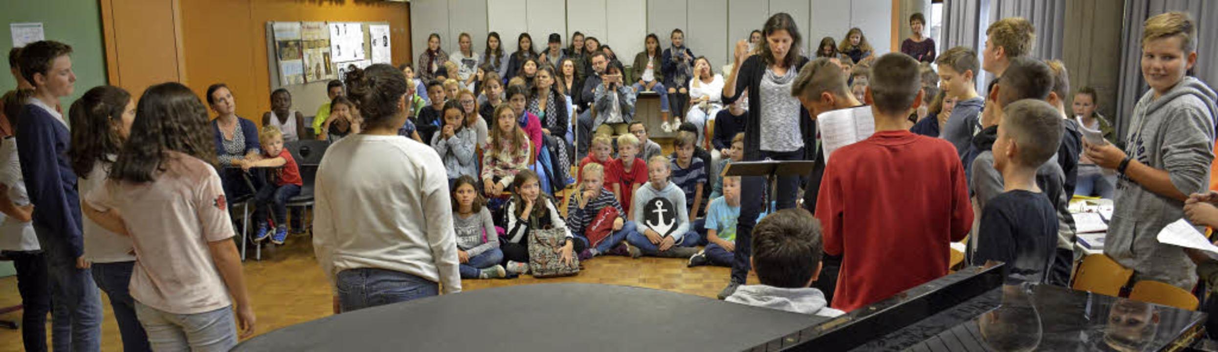 Viel Publikum lockte das Luther-Musica...ormators in Jugendsprache übersetzte.   | Foto: Weniger, Lauber