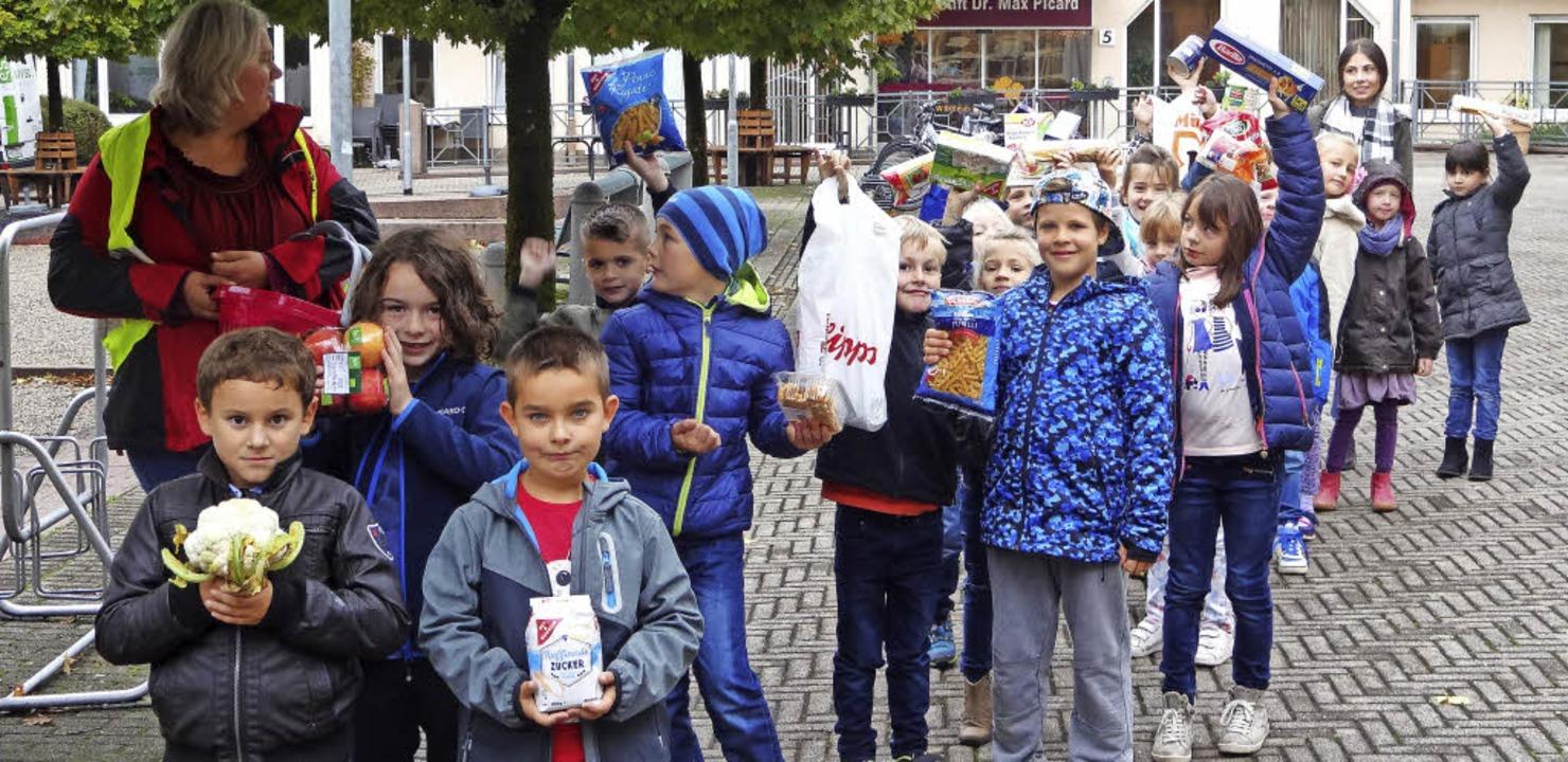 Voller Stolz zeigten die Kinder der Kl...Lebensmittelgaben für den Tafelladen.     Foto: Klaus Brust
