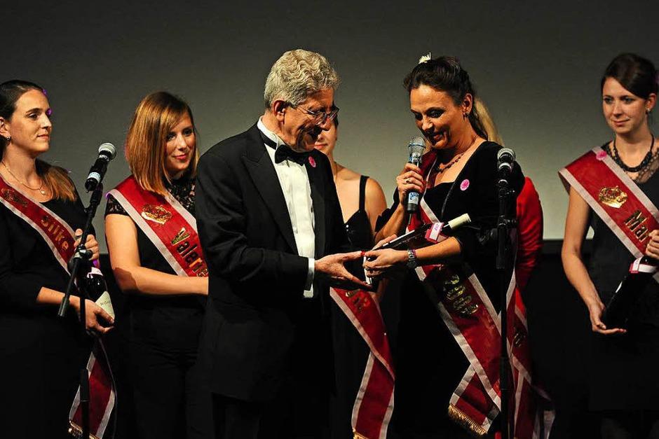 Von allen ehemaligen Chrysanthemenköniginnen erhielt Müller zum Geburtstag einen Wein ihres Krönungsjahrs. (Foto: Bettina Schaller)