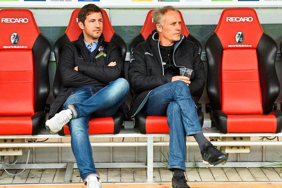 SC-Trainer Christian Streich vor der Partie zusammen mit Jochen Saier. (Foto: dpa)