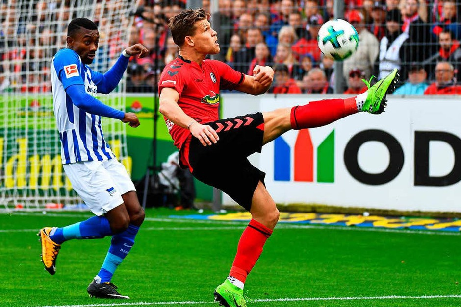 Florian Niederlechner versucht akrobatisch den Ball zu kontrollieren. (Foto: Achim Keller)