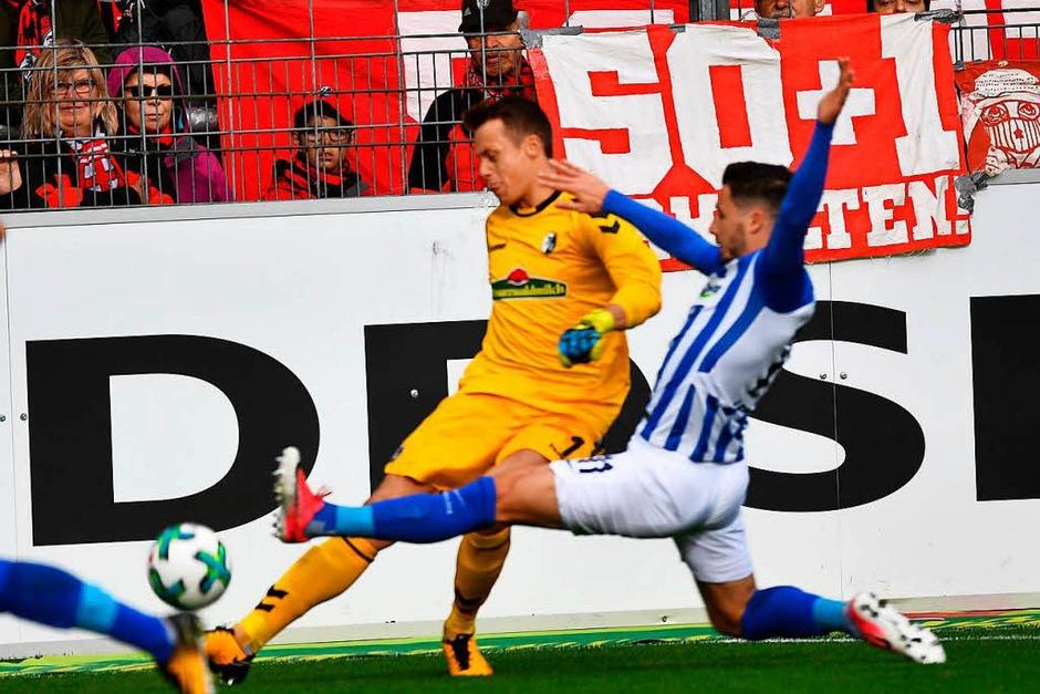 Alex Schwolow kann gerade so vor dem einlaufenden Matthew Leckie klären, für sein Einsteigen gegen den Freiburger Keeper  sieht der Australier aber dann die gelbe Karte. (Foto: Achim Keller)