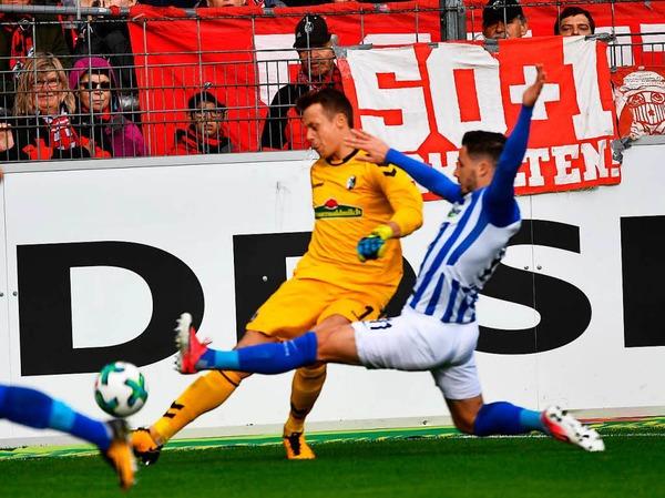 Alex Schwolow kann gerade so vor dem einlaufenden Matthew Leckie klären, für sein Einsteigen gegen den Freiburger Keeper  sieht der Australier aber dann die gelbe Karte.