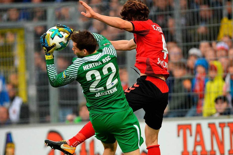Caglar Söyüncü hier im Einsatz gegen Hertha-Keeper Jarstein. (Foto: dpa)