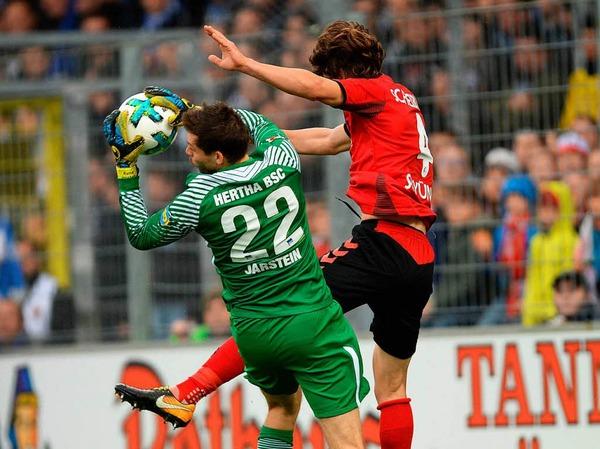 Caglar Söyüncü hier im Einsatz gegen Hertha-Keeper Jarstein.