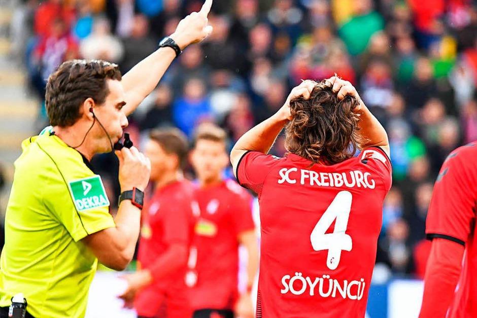 Caglar Söyüncü will den Schiedsrichter nicht so recht verstehen. (Foto: Achim Keller)