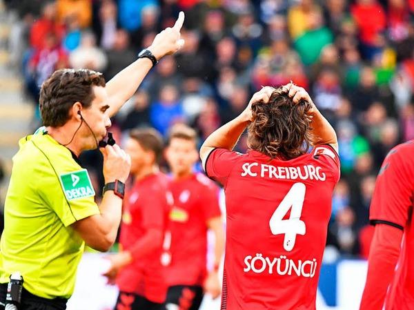 Caglar Söyüncü will den Schiedsrichter nicht so recht verstehen.