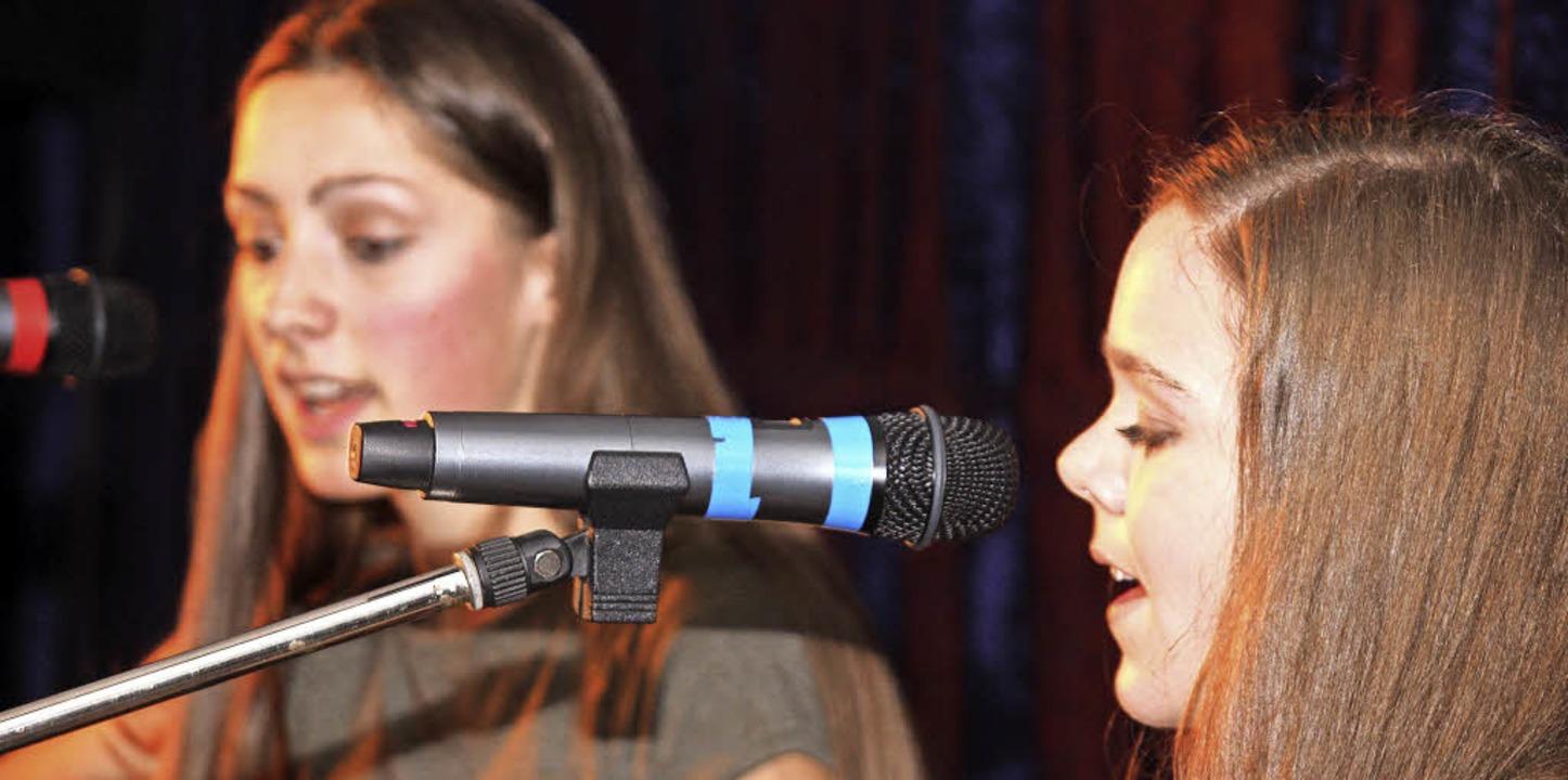 Larissa Schöne und Florin Ketterer trugen  Popsongs vor.  | Foto: Gert Brichta