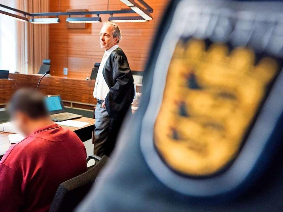 Der Angeklagte Hussein K. wird im Gericht von Anwalt Sebastian Glathe vertreten.  | Foto: dpa
