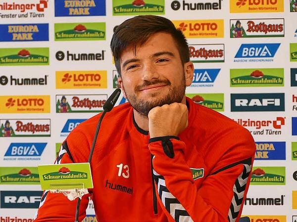 SC-Stürmer Marco Terrazzino war bestens aufgelegt und stellte sich geduldig den vielen Fragen der Kinder.
