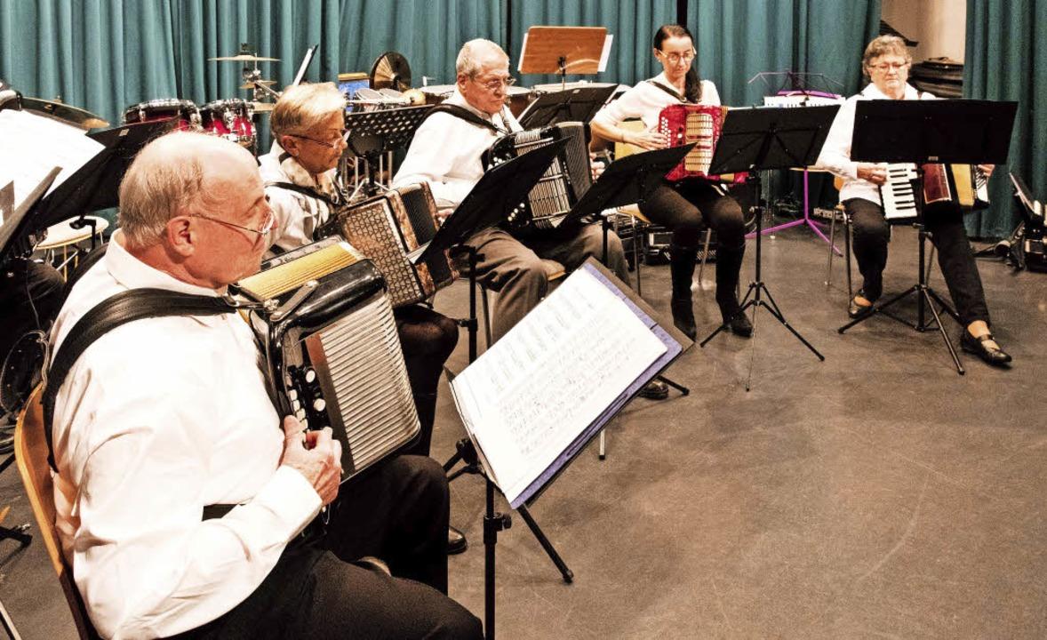 Das Seniorenensemble begeisterte mit V.... Rechts Vorsitzender Reiner Ringwald.  | Foto: Fotos: Gabriele Zahn