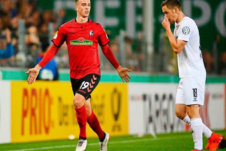 Janik Haberer lässt sich feiern – gerade eben hat er den Treffer zum 3:1-Endstand erzielt. Der Sportclub zieht ins Achtelfinale des DFB-Pokals. (Foto: dpa)