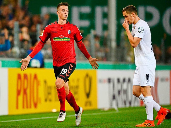 Janik Haberer lässt sich feiern - gerade eben hat er den Treffer zum 3:1-Endstand erzielt. Der Sportclub zieht ins Achtelfinale des DFB-Pokals.