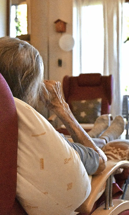 Eine Bewohnerin der Birkenhof-WG gönnt...in Päuschen im gemeinsamen Wohnzimmer.  | Foto: Sophia Hesser