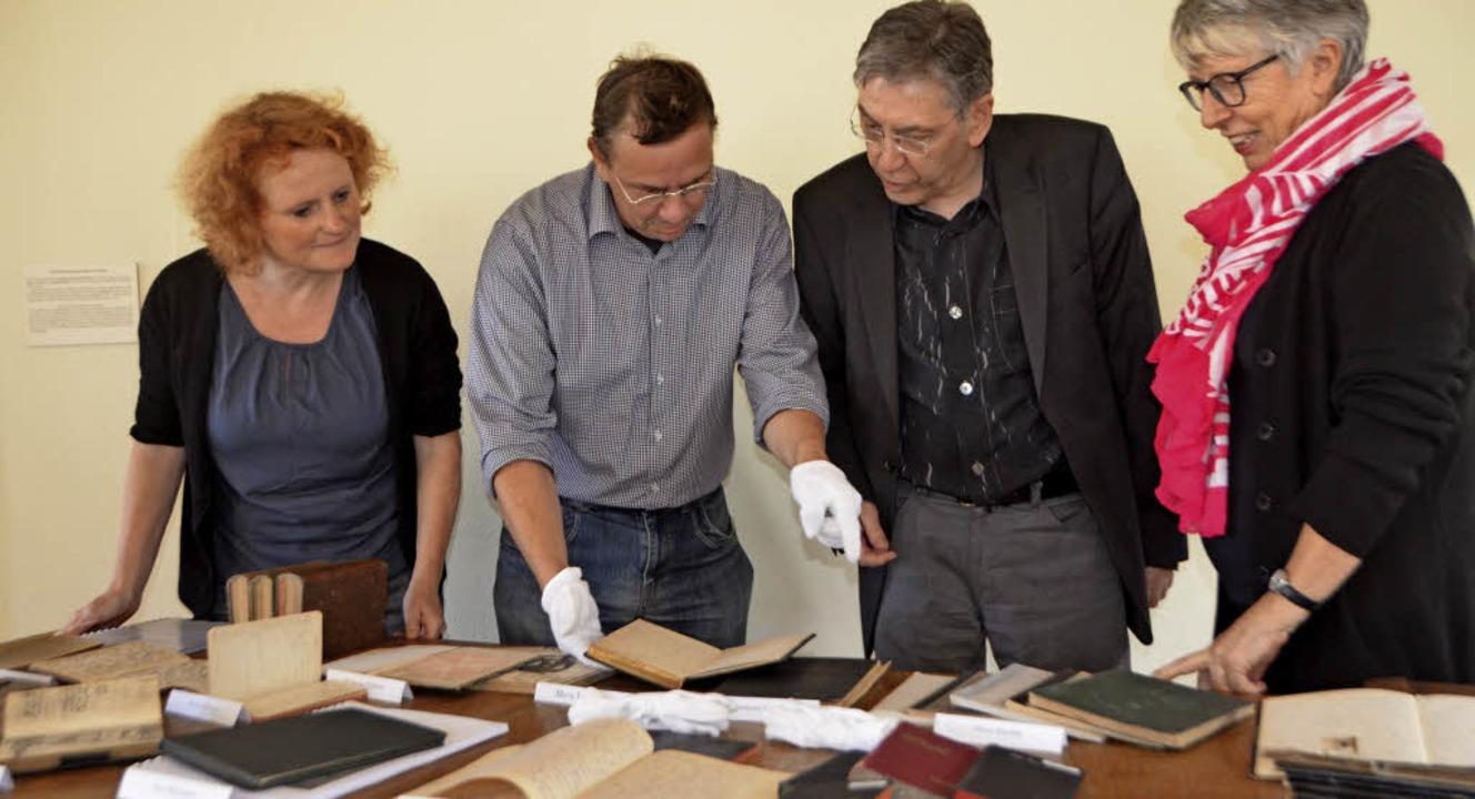 110 Tagebücher aus dem Emmendinger Arc...A-Vorsitzenden Marlen Kayen (rechts).   | Foto: Gerhard Walser