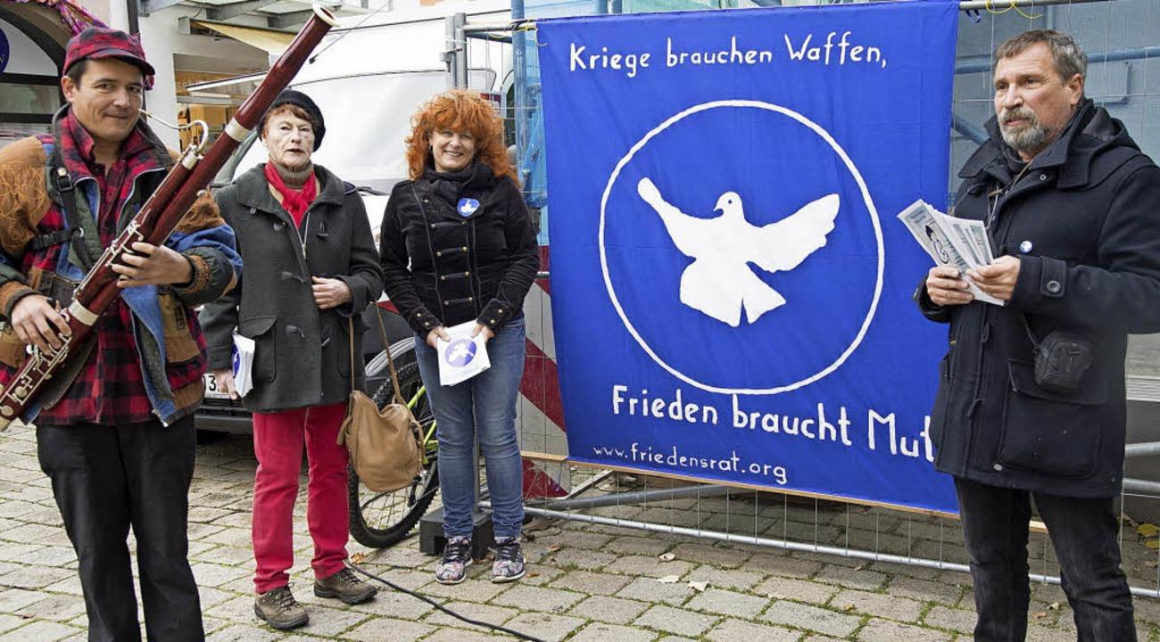 Zum Auftakt der Friedenswochen warben ...n der Fußgängerzone für das Programm.   | Foto: Archiv:  Münch